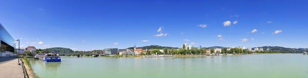 Panorama av Linz med Donau Arkivfoto