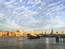 Panorama av London stadsscape av Thames River och den norr banken royaltyfri bild