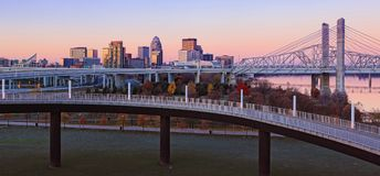 Panorama av Louisville, Kentucky horisont på gryning fotografering för bildbyråer