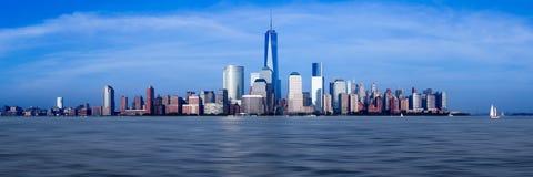 Panorama av Lower Manhattan på skymning Arkivbilder