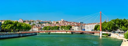 Panorama av Lyon ovanför Saonet River i Frankrike royaltyfri foto
