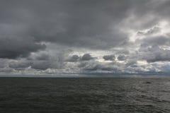 Panorama av mörka himmel- och havsvågor royaltyfria foton