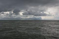 Panorama av mörka himmel- och havsvågor royaltyfri fotografi