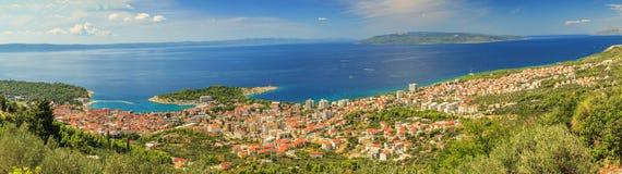 Panorama av Makarska och Adriatiskt hav, Brac ö i bakgrund, Royaltyfri Fotografi