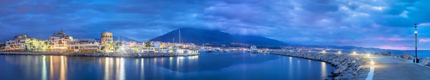 Panorama av Marbella från Puerto Banus på skymning arkivbild