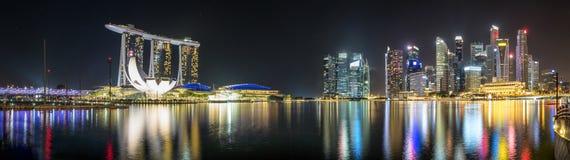 Panorama av marina och det finansiella området av Singapore vid natt Arkivfoto