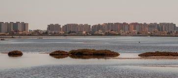 Panorama- av Mars Menor med muffen av Mars Menor till botten i Murcia Royaltyfri Bild