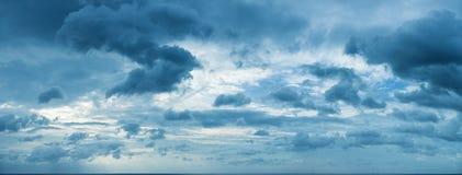 Panorama av molnig himmel över havshorisonten Arkivbild