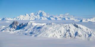 Panorama av Mont Blanc över ett hav av moln, fjällängarna Arkivbild