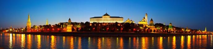 Panorama av Moscow Kremlin i natt. Ryssland Royaltyfri Fotografi