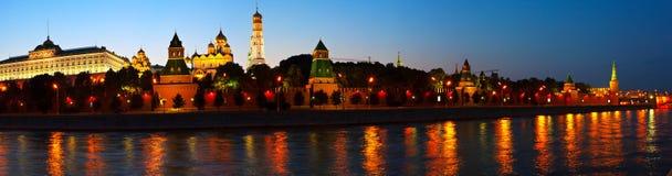 Panorama av Moscow Kremlin i sommarnatt Arkivfoton