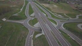 Panorama av motorwayen med fågels en sikt för öga Transportartär av landet R?relsen av medel p? huvudv?gen Landsca stock video