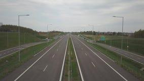 Panorama av motorwayen med fågels en sikt för öga Transportartär av landet R?relsen av medel p? huvudv?gen Landsca arkivfilmer