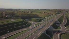 Panorama av motorwayen med fågels en sikt för öga Transportartär av landet R?relsen av medel p? huvudv?gen Landsca lager videofilmer