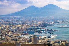 Panorama av Naples, sikt av porten i golfen av Naples och Mount Vesuvius Landskapet av Campania arkivbild