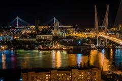 Panorama av natten Vladivostok Bron till och med ett guld- horn för fjärd Arkivbilder