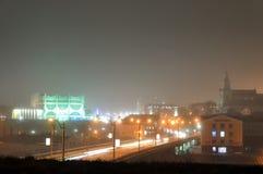 Panorama av nattstaden Grodno med glödande ljus och dimma Royaltyfria Bilder