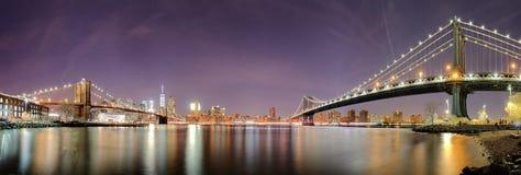 Panorama av New York City, USA horisont på natten royaltyfri fotografi