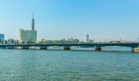 Panorama av Nile River, sikt av byggnaderna och pyramiderna för Kairostadsbroar arkivbild