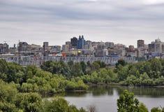 Panorama av Novosibirsk med järnvägsbron royaltyfria foton