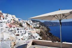 Panorama av Oia och en partisk sikt av calderaen av Santorini i Grekland Royaltyfri Fotografi