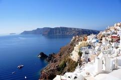 Panorama av Oia och några öar av den Santorini skärgården i Grekland Royaltyfri Foto