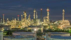 Panorama av oljeraffinaderi- och lagringsbehållare på skymning Royaltyfria Bilder