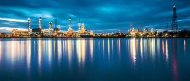 Panorama av oljeraffinaderiet med reflexion Royaltyfri Fotografi