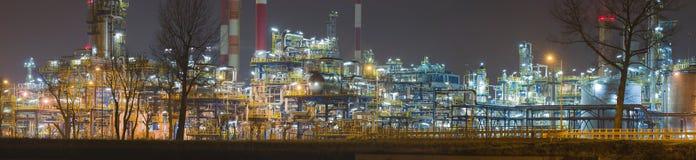 Panorama av oljeraffinaderiet vid natt, Polen Fotografering för Bildbyråer