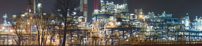 Panorama av oljeraffinaderiet vid natt, Polen Arkivfoto