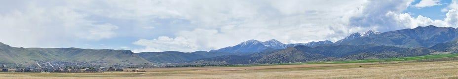 Panorama av Oquirrh bergskedja, som inkluderar Bingham Canyon Mine eller Kennecott kopparminen som är som det ryktas om den störs Arkivbilder