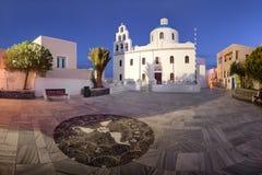 Panorama av Panagia Platsani den ortodoxa kyrkan i morgonen, Oia Royaltyfri Bild