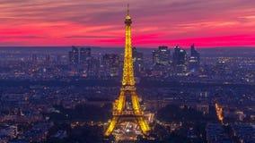 Panorama av Paris efter solnedgångdag till natttimelapse Eiffeltornsikt från montparnassebyggnad i Paris - Frankrike lager videofilmer
