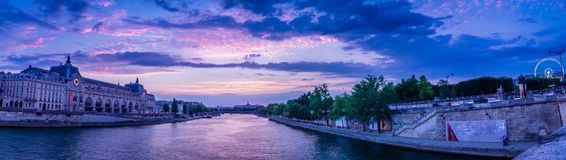 Panorama av Paris med det Orsay museet, Seine River royaltyfria bilder