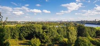 Panorama av parkera Kolomenskoye längs Moskva-floden moscow russia Fotografering för Bildbyråer