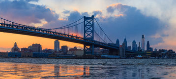 Panorama av Philadelphia horisont, Ben Franklin Bridge och Penns Arkivfoton