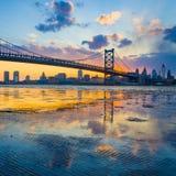 Panorama av Philadelphia horisont, Ben Franklin Bridge och Penns Royaltyfri Bild
