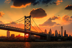 Panorama av Philadelphia horisont, Ben Franklin Bridge och Penns Arkivfoto