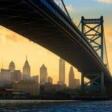 Panorama av Philadelphia horisont, Ben Franklin Bridge och Penns Fotografering för Bildbyråer
