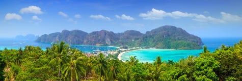 Panorama av Phiphiön, Krabi, Thailand. Arkivfoto