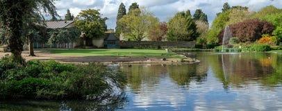 Panorama av Pinner Memorial Park Heath Robinson Museum och fågelbur i bakgrunden royaltyfri bild