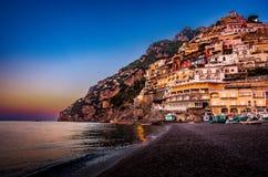 Panorama av Positano, Amalfi kust i Italien på sollöneförhöjningen italy positano royaltyfri bild