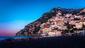 Panorama av Positano, Amalfi kust i Italien på sollöneförhöjningen italy positano royaltyfri foto