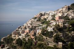 Panorama av Positano med hus som upp klättrar kullen, Campania Royaltyfri Bild