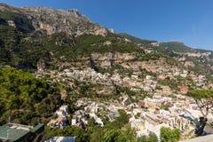 Panorama av Positano med hus som upp klättrar kullen, Campania Arkivfoton
