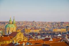 Panorama av Prague Den är solig royaltyfri fotografi