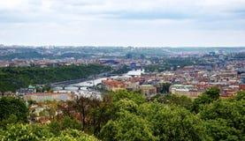 Panorama av Prague den gamla staden med broarna över floden Vltava Arkivfoto