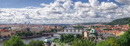 Panorama av Prague, floden och broar Royaltyfri Foto