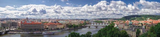 Panorama av Prague, floden och broar Fotografering för Bildbyråer
