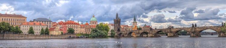 Panorama av Prague, floden och broar Arkivfoto